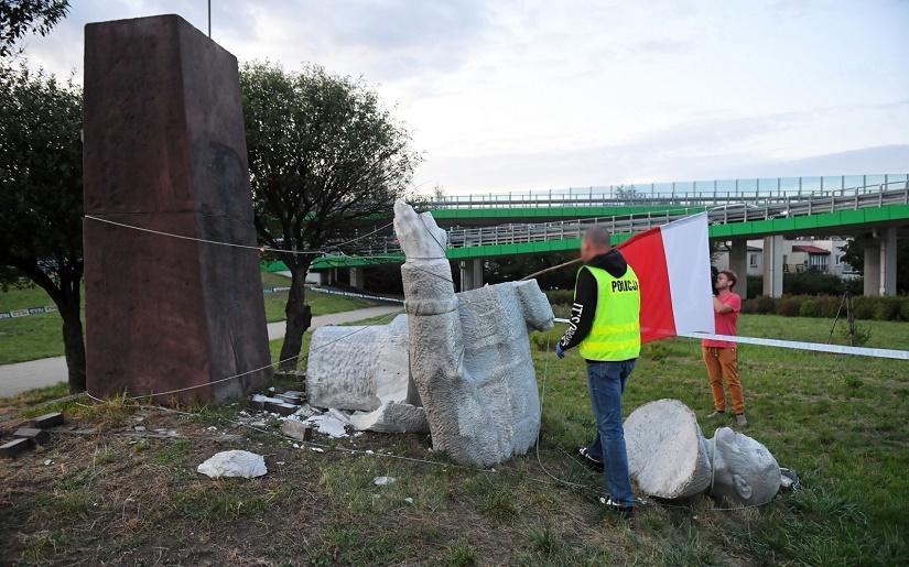"""Pomnik Berlinga Zniszczony! Słomka: """"Totalitarny Monument"""
