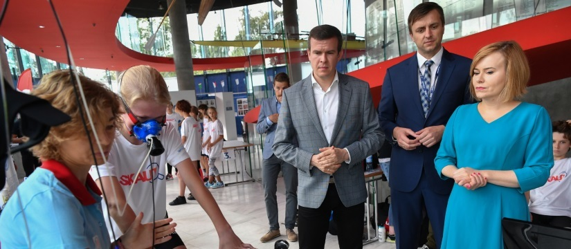 Minister Bańka Nie Chce Tracić Młodych Talentów. Chce Je