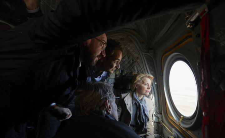 Greek Prime Minister Kyriakos Mitsotakis with European Council President Charles Michel, European Commission President Ursula von der Leyen and European Parliament President David Sassoli, looking out during a flight over Evros at the Greek-Turkish border / autor: PAP-EPA